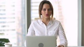 Empresaria joven confiada que mira hablar con la grabación de la cámara webinar almacen de metraje de vídeo