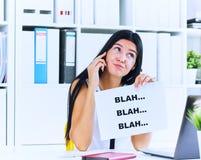 Empresaria joven en curso de conversación inútil con el cliente o el jefe Concepto eficaz de la comunicación fotografía de archivo