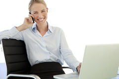 Empresaria joven en el teléfono en el lugar de trabajo Imágenes de archivo libres de regalías