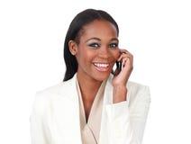 Empresaria joven en el teléfono que sonríe en la cámara Fotografía de archivo