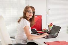 Empresaria joven en la oficina. Imagen de archivo