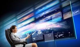 Empresaria joven en silla cerca de la TV Foto de archivo
