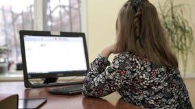 Empresaria joven en su funcionamiento del escritorio en el ordenador en la oficina almacen de video