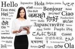 Empresaria joven en un fondo de idiomas Foto de archivo