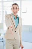 Empresaria joven feliz que alcanza su mano amistosa Fotos de archivo