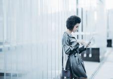 Empresaria joven hermosa con el cojín digital al aire libre Imagen de archivo