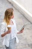 Empresaria joven hermosa con una taza de café disponible Imágenes de archivo libres de regalías