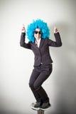 Empresaria joven hermosa de la peluca azul divertida fotografía de archivo