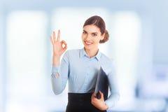 Empresaria joven hermosa sonriente feliz que muestra gesto aceptable, con el área en blanco del copyspace para el texto o el lema foto de archivo libre de regalías