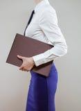 Empresaria joven irreconocible que sale Foto de archivo libre de regalías