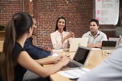 Empresaria joven Leading Office Meeting alrededor de la tabla fotos de archivo