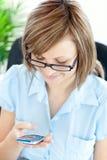 Empresaria joven positiva texting Fotografía de archivo