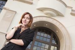 Empresaria joven profesional Outside delante ayuntamiento Fotografía de archivo libre de regalías