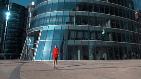 Empresaria joven que camina cerca del edificio de cristal metrajes