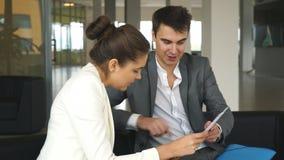 Empresaria joven que habla con un colega sobre el plan empresarial almacen de metraje de vídeo