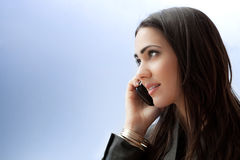 Empresaria joven que habla en el teléfono elegante Imagen de archivo libre de regalías