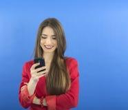 Empresaria joven que habla en el teléfono elegante fotos de archivo
