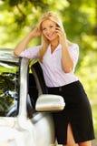 Empresaria joven que habla en el teléfono móvil Imagen de archivo libre de regalías