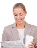 Empresaria joven que lee un periódico Imagen de archivo libre de regalías