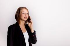 Empresaria joven que lleva a cabo sorpresa del teléfono Fotos de archivo libres de regalías