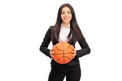 Empresaria joven que lleva a cabo un baloncesto Imagenes de archivo