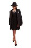 Empresaria joven que lleva un vestido y una chaqueta negros con las perlas Imagen de archivo