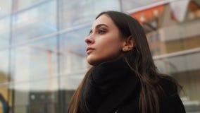 Empresaria joven que mira con la confianza, buena voluntad de alcanzar metas almacen de video
