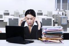 Empresaria joven que parece cansada Fotos de archivo