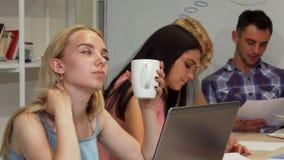 Empresaria joven que parece cansada mientras que trabaja con su equipo fotos de archivo libres de regalías