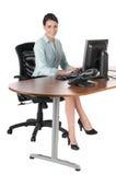 Empresaria joven que pulsa en el ordenador, aislado Foto de archivo libre de regalías
