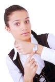 Empresaria joven que señala en su reloj Imágenes de archivo libres de regalías