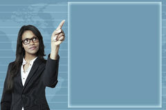 Empresaria joven que señala en un gráfico de asunto imagen de archivo