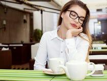 Empresaria joven que se relaja Foto de archivo libre de regalías