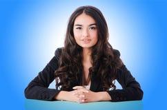 Empresaria joven que se sienta en el escritorio Imagen de archivo libre de regalías