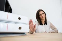 Empresaria joven que se sienta en la tabla Fotos de archivo