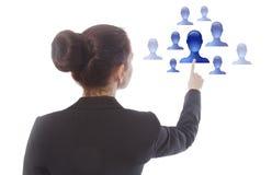 Empresaria joven que selecciona a los amigos en línea virtuales aislados Imagenes de archivo