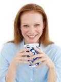 Empresaria joven que sostiene una taza de café Foto de archivo
