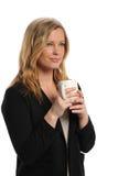 Empresaria joven que sostiene una taza de café Imagen de archivo libre de regalías