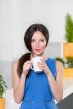 Empresaria joven que sostiene una taza del café Imagenes de archivo