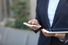 Empresaria joven que trabaja con los dispositivos modernos, Fotos de archivo