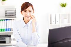 Empresaria joven que trabaja en la oficina Fotografía de archivo