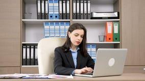 Empresaria joven que trabaja en su escritorio almacen de metraje de vídeo