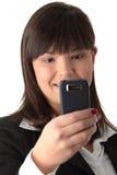 Empresaria joven que usa el teléfono celular Imagen de archivo libre de regalías