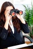 Empresaria joven que usa los prismáticos imagen de archivo libre de regalías