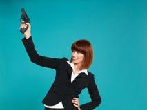 Empresaria joven, señalando el arma en aire Fotos de archivo libres de regalías