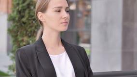 Empresaria joven seria Sitting Outdoor almacen de metraje de vídeo