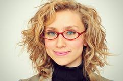 Empresaria joven sonriente imagenes de archivo