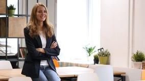 Empresaria joven sonriente Sitting Relax en el escritorio en oficina Fotografía de archivo