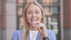 Empresaria joven Thinking New Idea almacen de metraje de vídeo