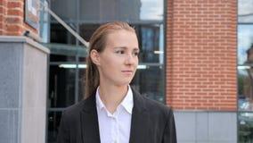 Empresaria joven Walking Ouside Office metrajes